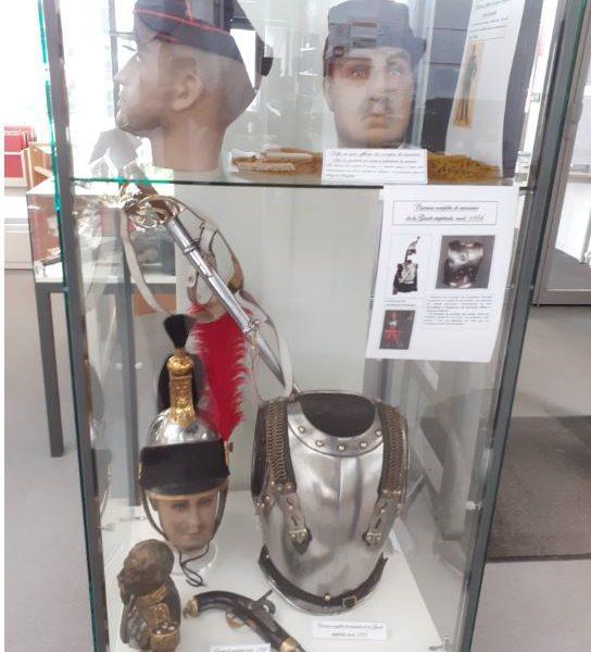 Parmi les pièces d'époque exposées, une cuirasse mod.1854 de cuirassier de la Garde impériale. Les cuirassiers ont mené des charges folles et meurtrières à l'occasion des batailles de l'été 1870. Le casque voisin est par contre une reproduction.